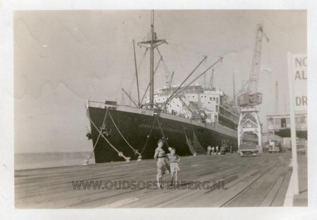 Johan en moeder Melbourne 1955 in de haven in australie